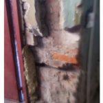 Разрушение штукатурного слоя стены
