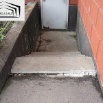 Просадка бетонного пола приямка и грунта под ступенями входа в подвал